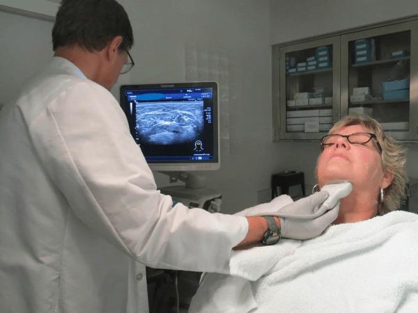 ecografia delle ghiandole salivari - esecuzione dell'esame con macchinario apposito